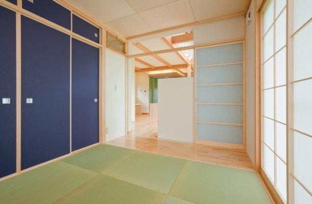 1階の和室。壁には和紙を貼りました。天井はシナを市松に。 建具は施主といろいろ迷いながら群青色に決定。すっきり素敵になりました。