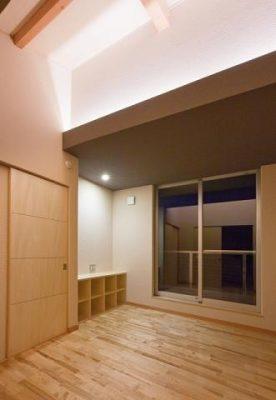 2階の主寝室 寝転んでまぶしくないよう、間接照明のやさしい灯りです。