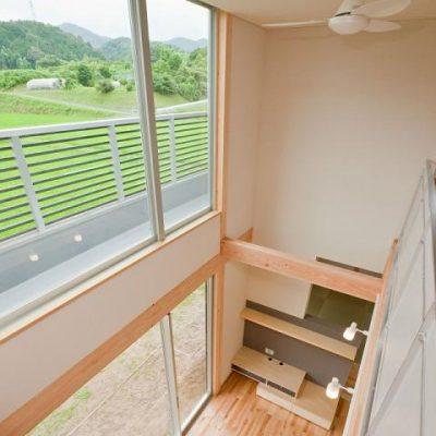 2階から吹き抜けを眺める。 見事な景色が広がります。雑木の山は春には山桜が咲いてきれいだそう。