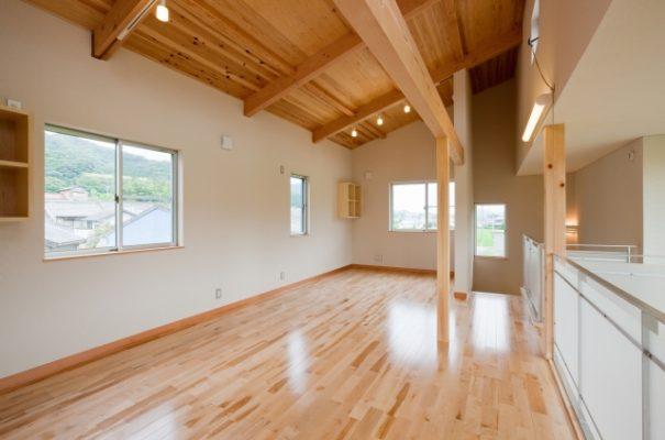 2階の子供室 今はがらんとワンルーム。いずれ家具や建具で仕切れるようにしてあります。 天井はJパネルあらわし