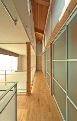 戸を閉めると個室になりますが、扉は光を通す素材とし、 南側の明るさはそのままです。