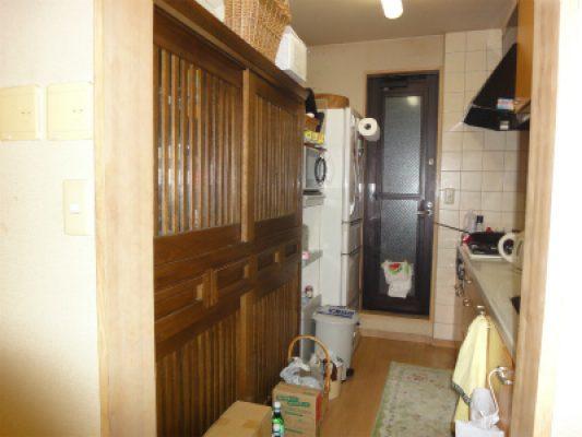 既設のキッチン。家電の置き場や作業スペースが少なく 配膳に困っていました。