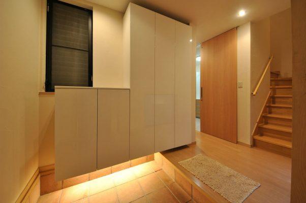 木造3階建て住宅のリフォーム。 構造上動かせない壁などの制約が多い中、 キッチンやリビングを快適につなぐ工夫をしました。 玄関は収納を替え、浮いた軽い印象に。