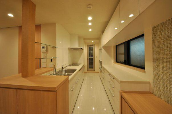 キッチンは背面にカウンターを設けて作業しやすく。