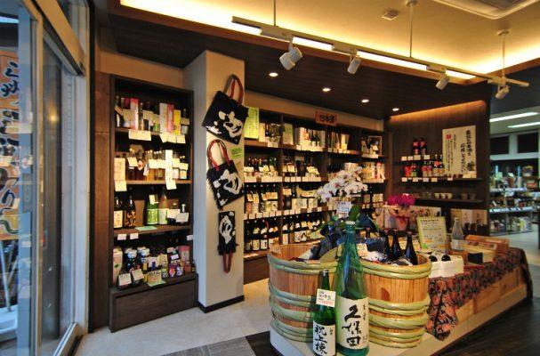日本酒コーナー。棚はランバー合板ですが、いい味が出ました。