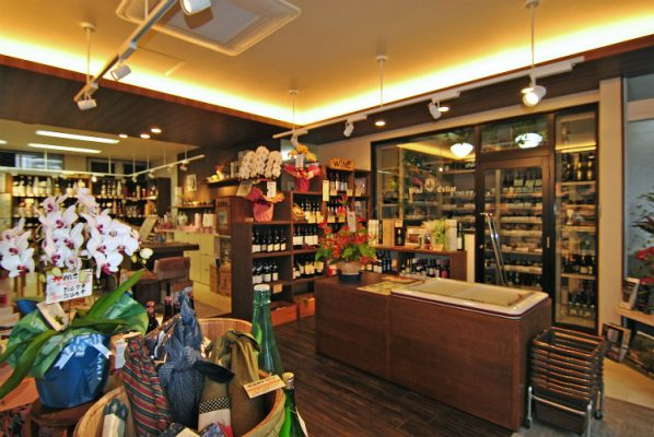 ワインコーナー。ひな壇の棚で店内の見通しはいいまま、 商品はたくさん並べられます。