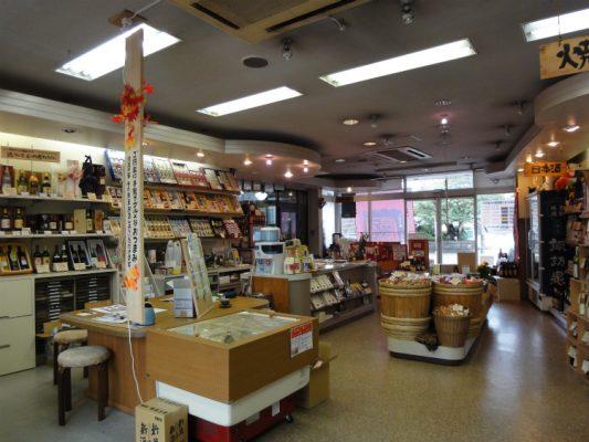 改装前の店の様子。レジと事務スペース。
