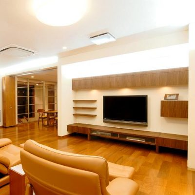 前の右側の画像です。アルミの透明な建具で階段室を仕切り、冷暖房の効率アップ。採光と庭の緑が見える設計です。