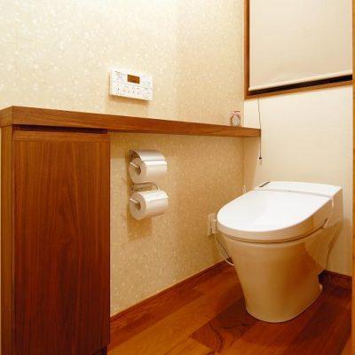 トイレは既設の位置そのままですが、いっしょにリフォームしました。 作り付けの収納とカウンターは、壁厚分掘り込んで トイレットペーパーのストックや掃除道具が入ります