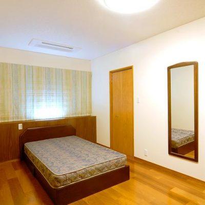 北側の寝室。遮光シェードを二重にかけて休日は朝寝坊ができます。 枕元にはヘッドボードと間接照明を造り付けました。 WIクローゼットを各個室に設け、収納計画を練りました。(右の扉がWIクローゼット)