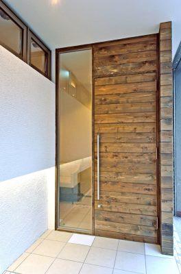 入り口のドアは天井まであるように見えるシンプルな造り。