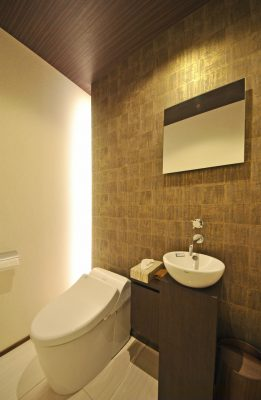 トイレ 落ち着いたアクセント壁紙とオリジナルデザインのミニ手洗いボウル