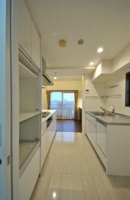 限られたスペースのキッチンですが、効率よく収納します。