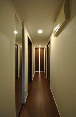 玄関収納を広げ、洋室は収納専用のクローゼットスペースにしました。
