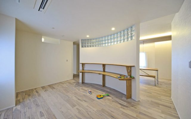 子供スペースは扉無しでダイニングにつながっています。 アールの壁は玄関から見えないので散らかっていても大丈夫。