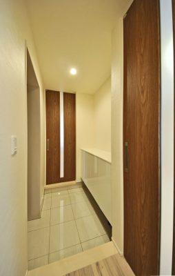 玄関は、客間と住居に分かれています。