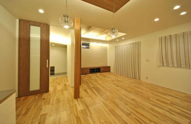 玄関~LDK 天井吊建具は納まりがシンプルできれいです。