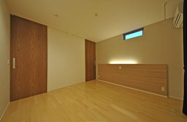 2階の主寝室。 枕もとの間接照明とたっぷりのWIクローゼットにつながっています。