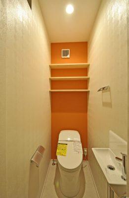 トイレは壁紙や白木の棚でちょっとしたアクセントに。