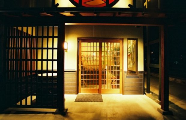 店の入口 オープン当時は常にウェイティングの繁盛店でした。