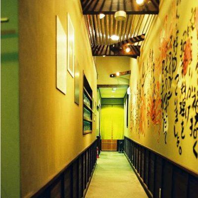 エントランスから続く廊下。 壁の落書きはオーナーのお手製。センスが光ります。