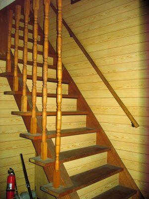 既設の階段。かなり急です。手すりの栗棒もぐらついていました。