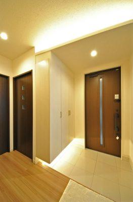 1階の玄関。