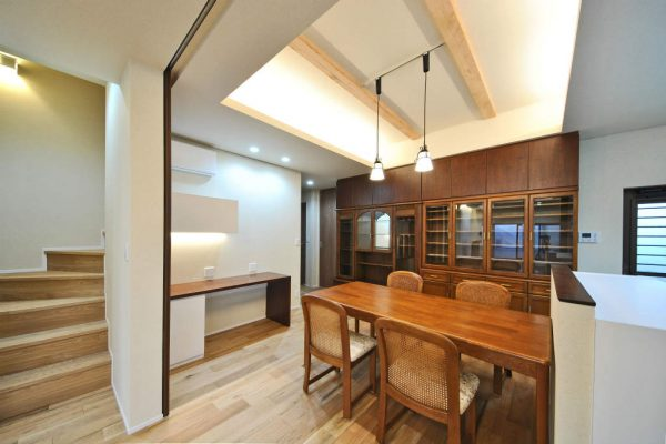 TVボードと食器棚は思い入れのある家具をリフォーム。シンプルなTVボードとすっきりしたカップボードに生まれ変わりました。