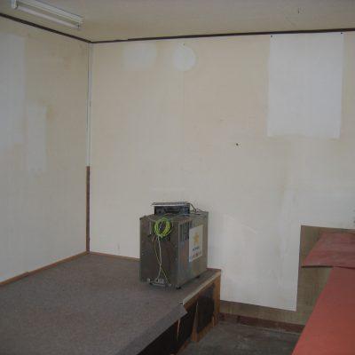 改装前の店内 天井が低くレストランにするには圧迫感があります。 耐震性を上げるにも部分的に2階の床を抜くことを提案。