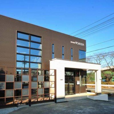 エクステリアの設計施工会社株式会社サンエクスさんの事務所改装です。 事務所をショールームにもなるように改装しました。 外壁とファサードも変えました。白いニュアンスのあるタイルです。