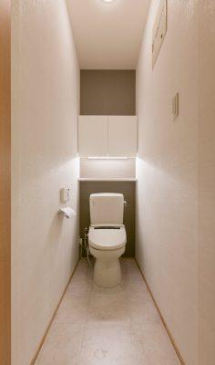 2階のトイレは既設の衛生陶器を再利用。収納棚を造り付けました。