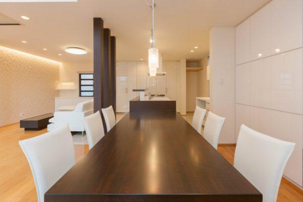 元々あったダイニングの大きなテーブルは塗装し直し、 キッチンと一体となった収納付のテーブルとして再生しました。