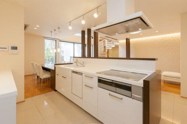 I型キッチンに造作家具を付けたし、手元はリビングから見えない設計です。