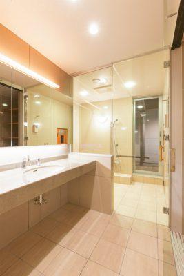 元も広くて素敵な浴室でしたが、大判タイルでホテルっぽくリフォームしました。 洗面カウンターとボウルは再利用しました。