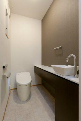 トイレの手洗とカウンターはオリジナル設計です。