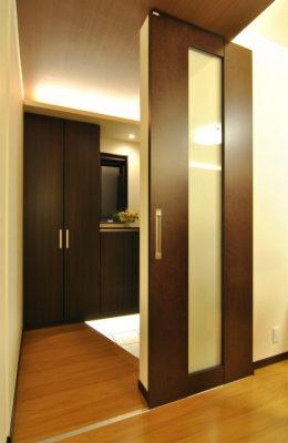 木造在来工法2階建て住宅の全面リフォーム。 耐震補強にも気を使い、断熱工事も行いました。 狭かった玄関はわずかに増築しています。 上部にレールの見えない納まりの美しい引き戸。 TOTOリモデルコンテスト2012最優秀賞受賞