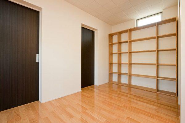 2階のファミリールーム 無印の組み立て家具を設置しました。ぴったりおさまりました。 転倒防止も施してもらいました。