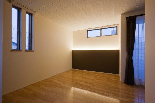 主寝室 ベッドのヘッドボードのくるところに間接照明を設け、まぶしくない明かり。 高いところの窓から朝日が入ります。通気にも一役買っています。