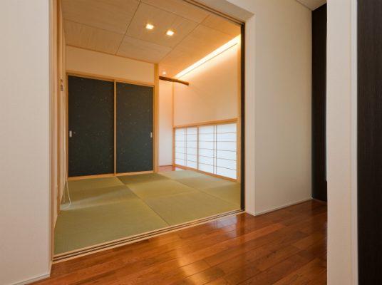 和室 玄関脇の和室はおひな様や五月人形を飾ります。 低めの障子窓から中庭が眺められます。