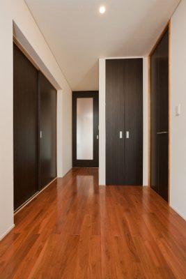 1階玄関から続く通路。クロークや物入、左手が先の和室です。 戸襖を閉めたところ。