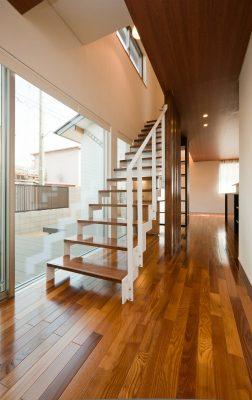 LDKから2階へ続く階段。スチールで制作しました。 ストリップ階段の下は書斎コーナーです。 階段左手は中庭です。
