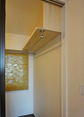 ハンガーパイプの棚は角を丁寧に面取りしてあります。監督さんの気配りです。