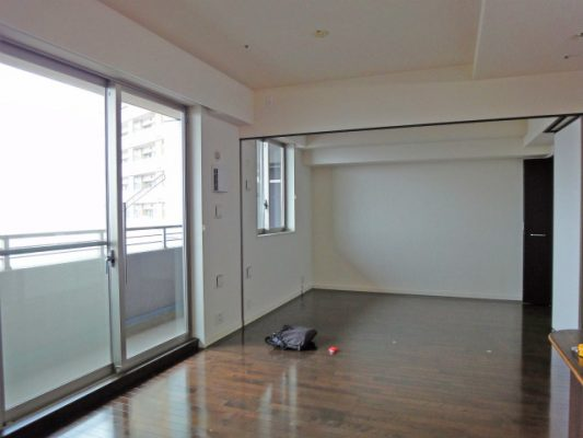 改装前のマンション。可動間仕切りと右側は間仕切り壁と収納。